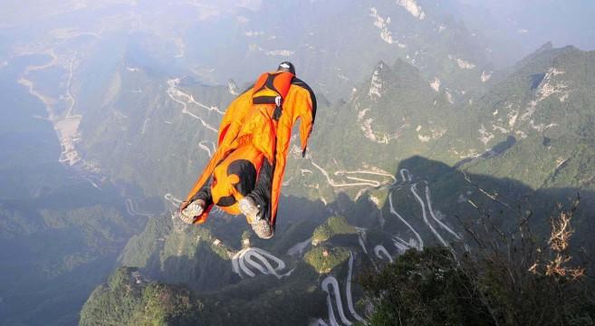 Scotty Bob dans les alpes en wingsuit