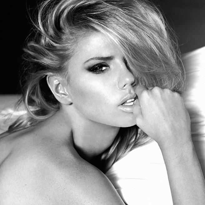 Charlotte-Mckinney-Instagirl-Instagram-Sexy-Jolie-Blonde-Bikini-Américaine-Floride-Mannequin-Top-Model-12