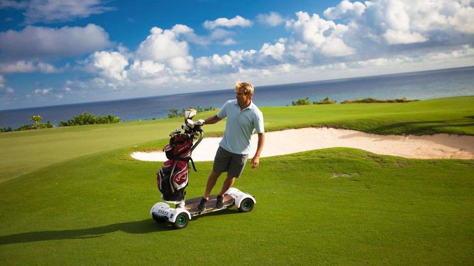 GolfBoard-surf-skate-des-parcours-golf-innovation-produit-de-année-PGA-électrique-effronte-high-tech-04