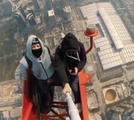 Vadim-Makhorov-Vitaly-Raskalov-escaladent-la-deuxième-plus-haute-tour-du-monde-à-mains-nues-effronte_mini