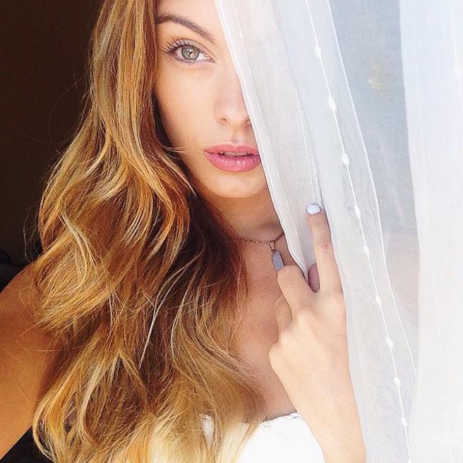 Carmella Rose-Instagirl-Instagram-Sexy-Jolie-Fille-Bombe-Brune-Américaine-Los Angeles-Mannequin-Femme-Sport-Bikini-wilhelmina-effronte-01