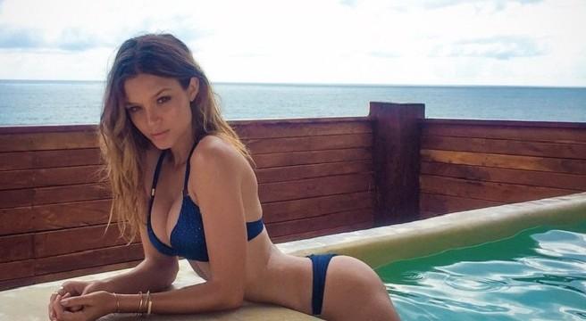 fille sexy en bikini lesbienne abuse