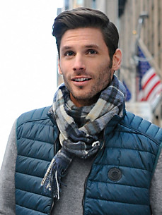 john-hanly-l-x27-echarpe-bleu-gris-effronté-porte-t-il-une-cravate-01.jpg