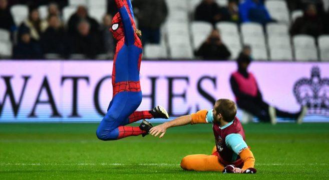Déguisé en Spider-Man, il rentre sur la pelouse pendant le match West Ham - Manchester City